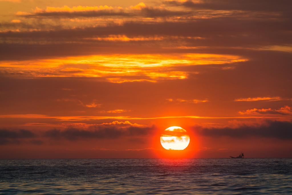 朝焼けの海と小舟