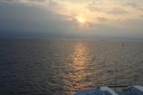 船首に差す朝日。