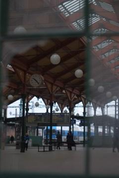 ガラス越しの駅