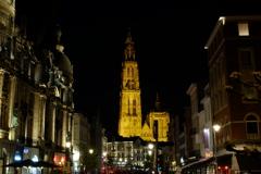 夜空に浮かぶノートルダム大聖堂