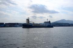 洞海湾の貨物船