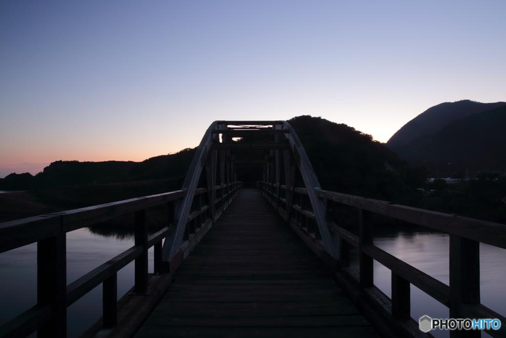 ある橋の明け方