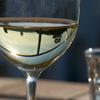 ワイングラスに映る景色