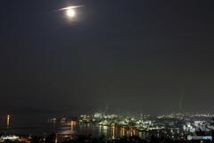 月明りの飛行機雲とコンビナート