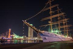神戸の夜景と海王丸 と三日月