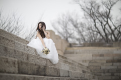 「ドレスと花と階段」