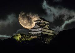 2018/10/27の岐阜城に昇る月
