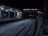 雪の駅に近づく灯り