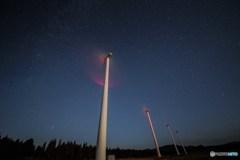 星空と風力発電機