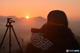 日の出を眺める姉妹