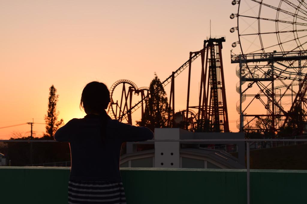 夕焼け空の遊園地