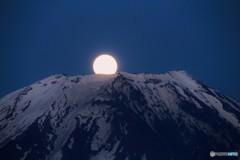 今宵の月は、富士の頂から。