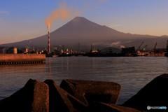 富士を望む湊の夜明け