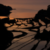 海と夕日と棚田と
