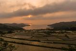 棚田と入江の夕景