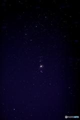 都会の空に見えるオリオン大星雲と三つ星