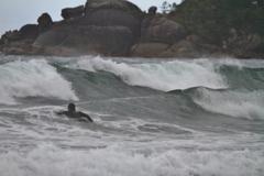 男、波に向かう ~高知、生見海岸~