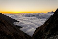穂高岳の滝谷を覆う雲海