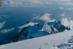 モンブランの頂上からエギーユミディ展望台を遥か見下ろす