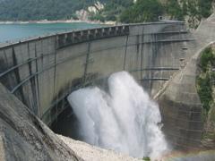 黒部ダムの放水。