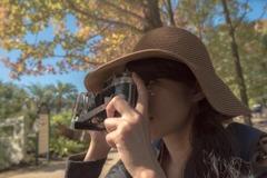 秋を映すカメラ女子