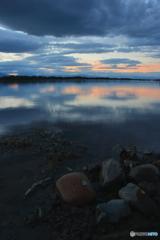 川石と夕景