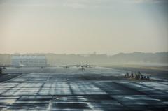 朝もやの調布飛行場で