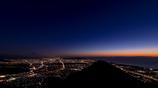 明け行く空に浮かぶ富士