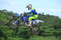 空の青、バイクも青。