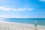 どこまでも青い砂浜で