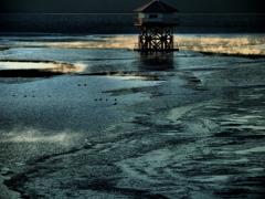 凍てつくダム湖