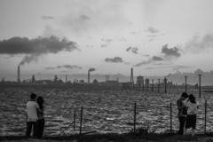 対岸の工場を眺める