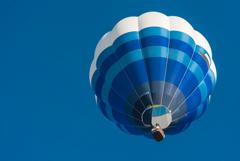 空色の中の青い風船