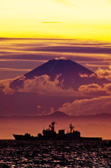 黄昏に 黒金焦がす 燃ゆる富士