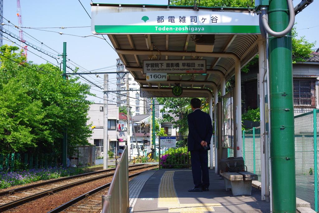 電車を待つ後姿