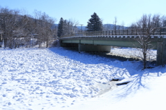 再凍結した川