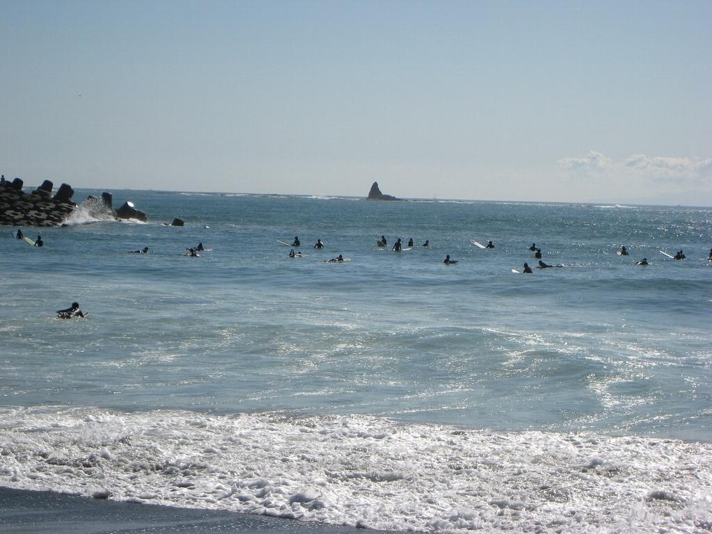 烏帽子岩とサーファー