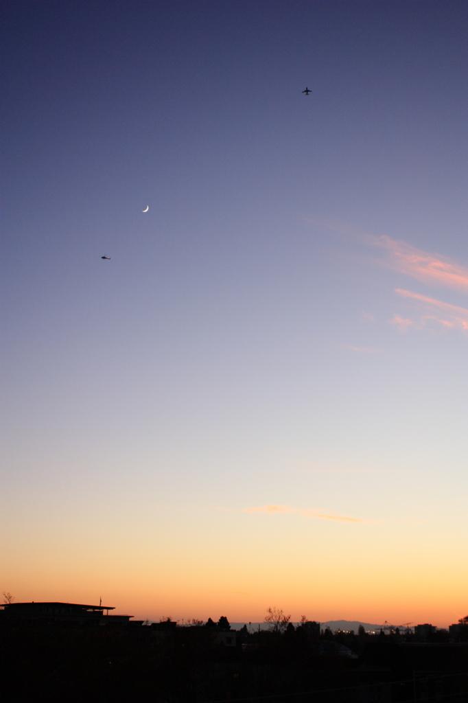 三日月と飛行機とヘリコプター