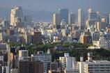 ビルに囲まれる大阪城