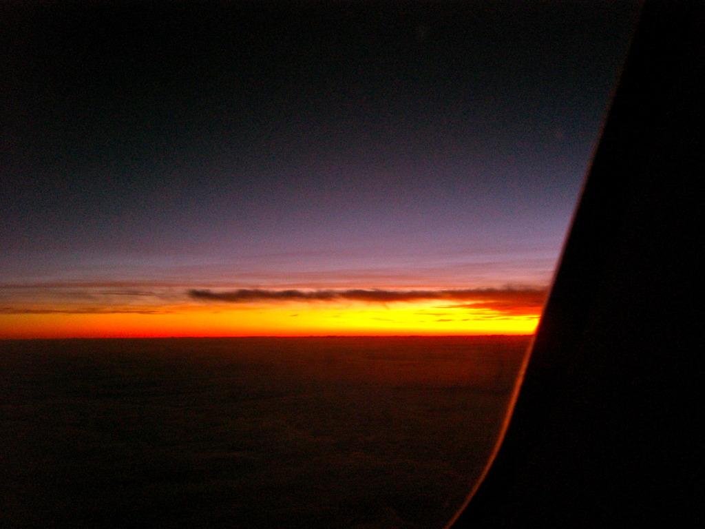 機窓の夜明け