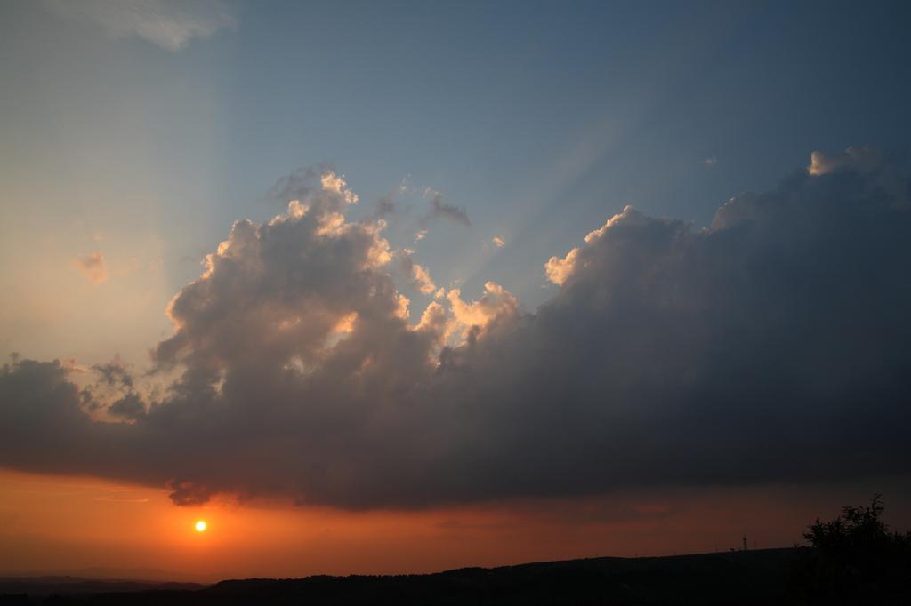 外輪山に沈む夕日