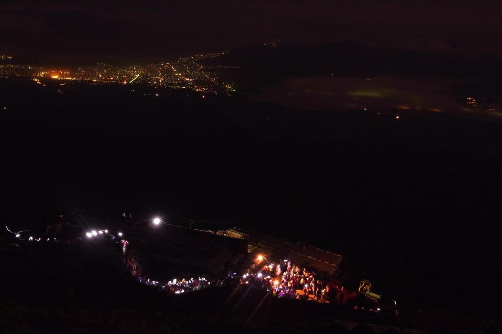 河口湖の夜景と行列のできる富士山