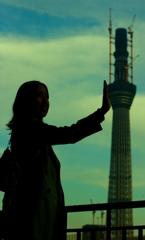 東京バベルを片手でなんなく支える くりぼう