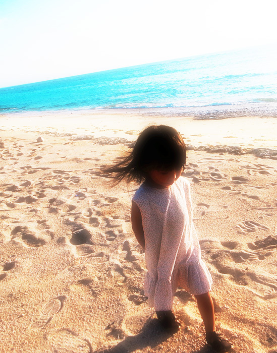 砂浜を歩く娘