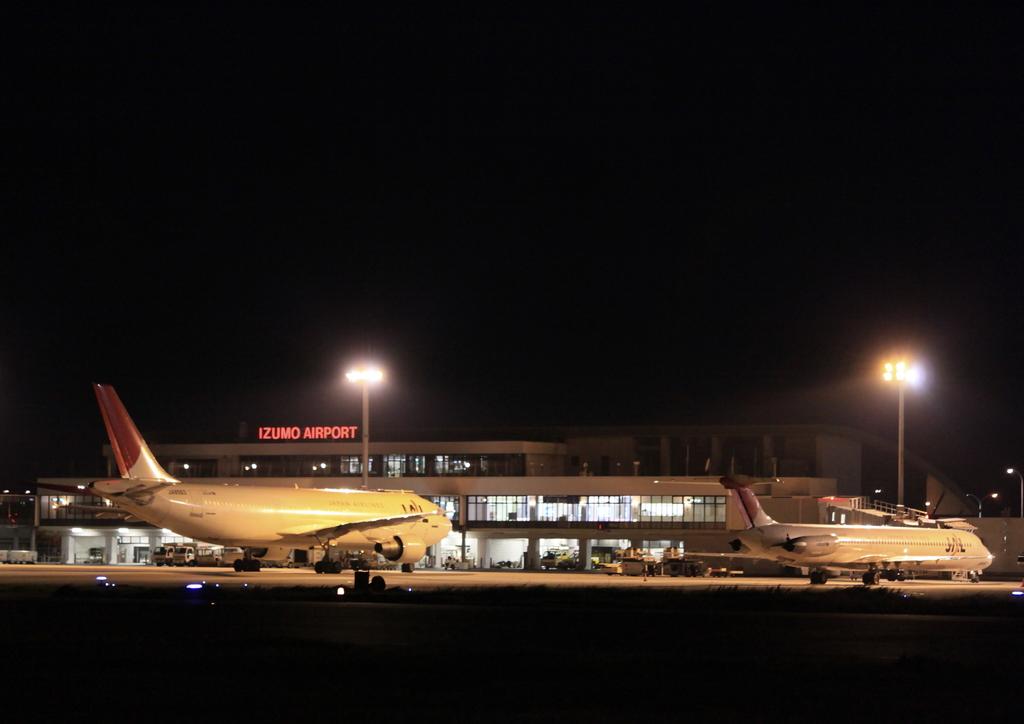夜の出雲空港に駐機するJAL A300-600RとMD-81