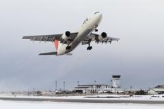 JAL A300-600R 雪の出雲を飛び立つ