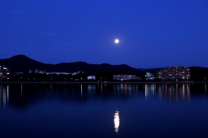 蒼い海と 空・・・ 月