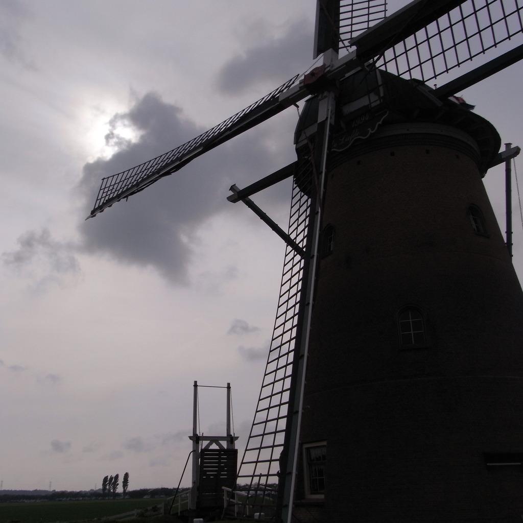 曇り空と風車小屋