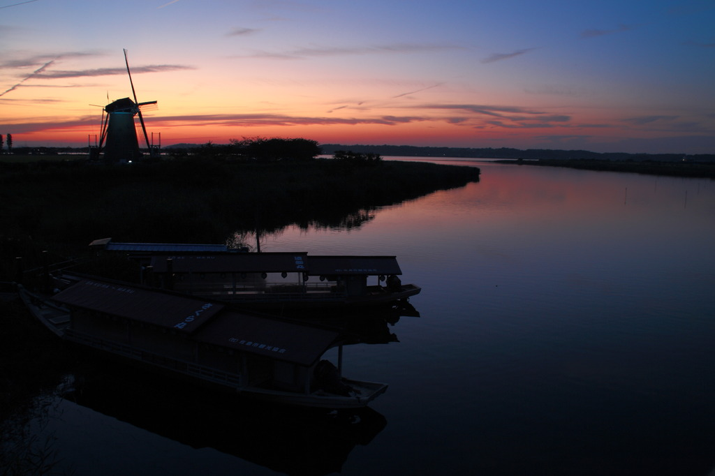黄昏の風車小屋