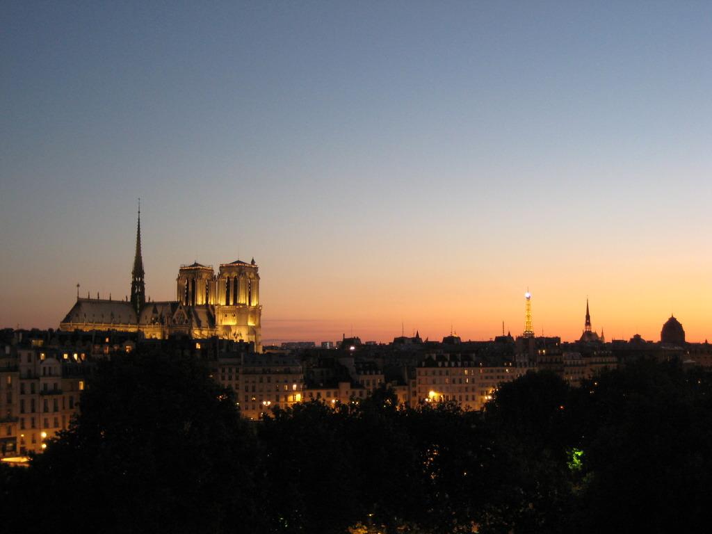 夕暮れのノートルダム寺院